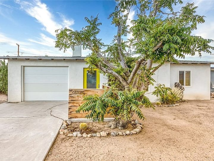 Boho Style Home - Huge patio/Close to JTNP &Stores