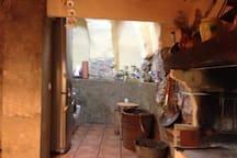 Pequeña cueva donde está ubicada la nevera,el microondas,lavadora-secadora