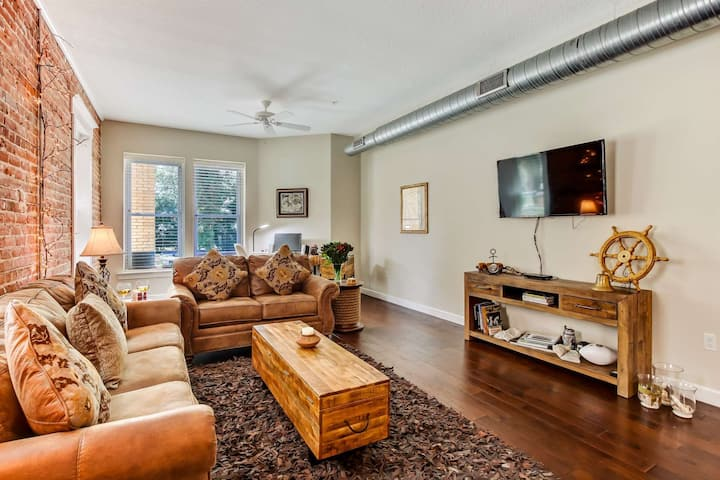 Large Loft in Historic Springfield - close to downtown - Walk to Dining, Desk w/ Printer