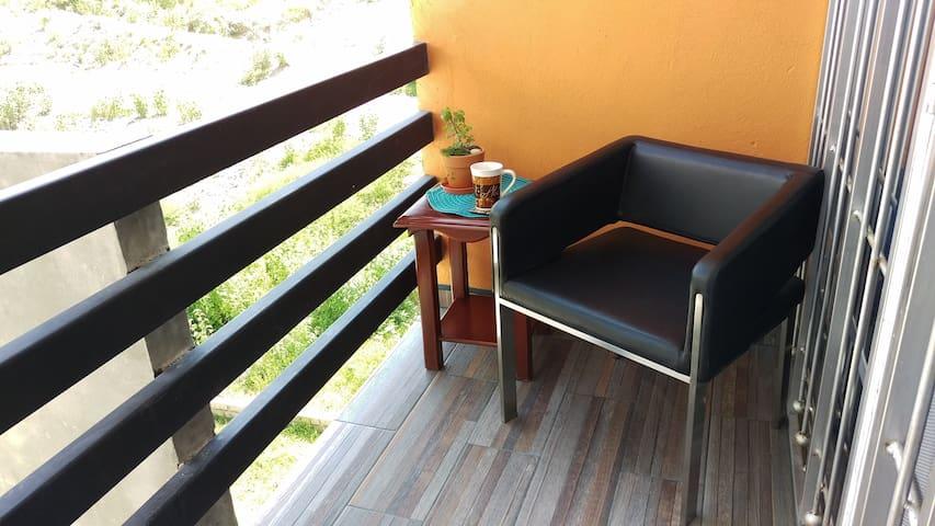 Pequeño balcón  para disfrutar un momento contigo mismo mientras tomas tu café matutino.