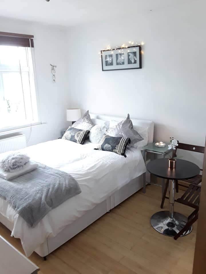 COSY DOUBLE EN SUITE 15mins FROM HEATHROW
