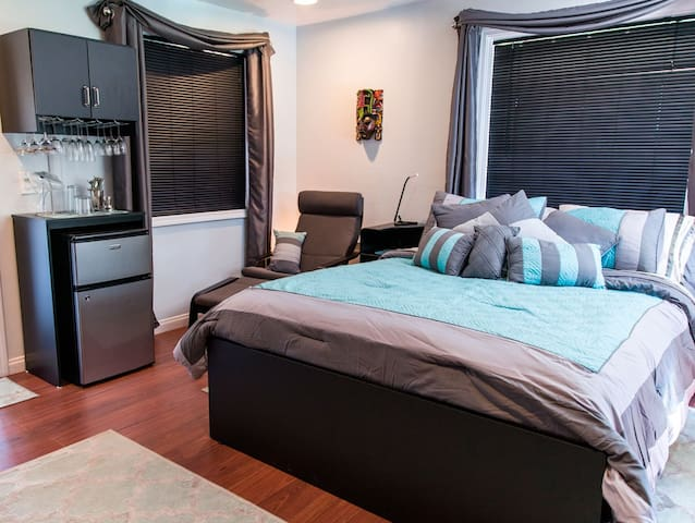A Traveler's Retreat: A Modern & Private Guestroom