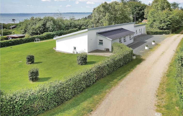 Holiday cottage with 4 bedrooms on 249m² in Spøttrup