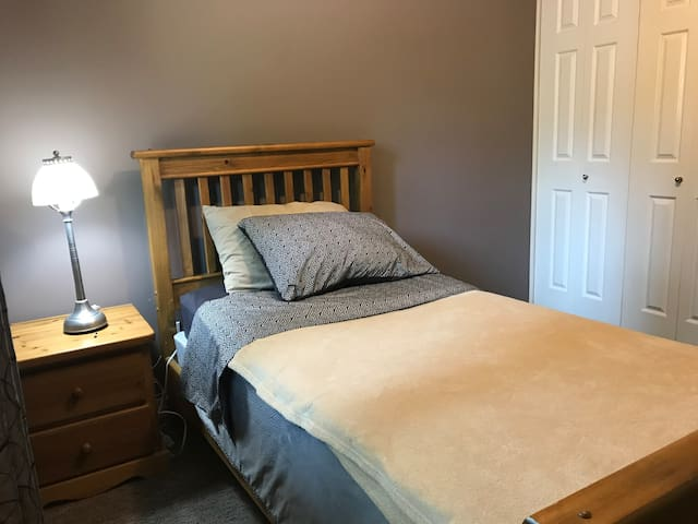 """Cedar"" comfy corner bedroom in quiet area!"