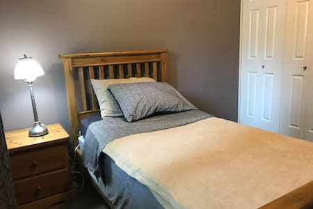 Comfy corner bedroom in quiet area: great yard!
