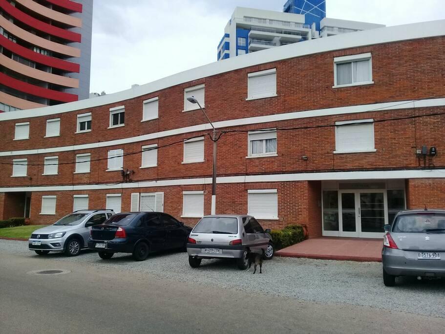 Frente del edificio y lugares para estacionar.