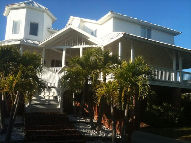 June & July Waterfront House W/Pool Walk to Beach