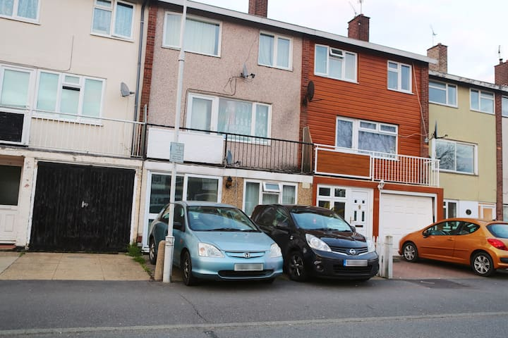 2 double rooms available ideal for long term stay