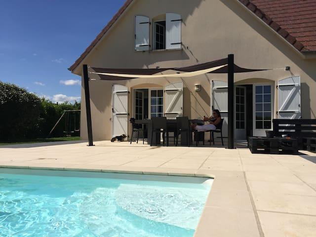 Villa familiale avec piscine, 15 minutes de Dijon.
