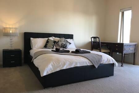 Complete Privacy Big Room Ensuite - Coburg North - ทาวน์เฮาส์