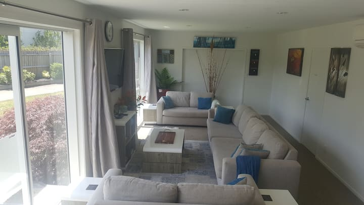 CENTRAL TAUPO- large 1 bdrm private suite