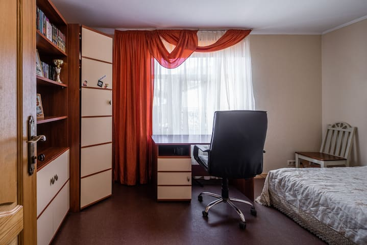 Big Room in a Private House 5 min from Airport