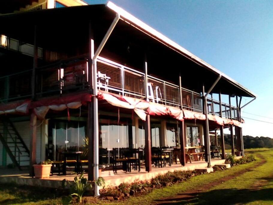 Bar y restaurante en la planta baja