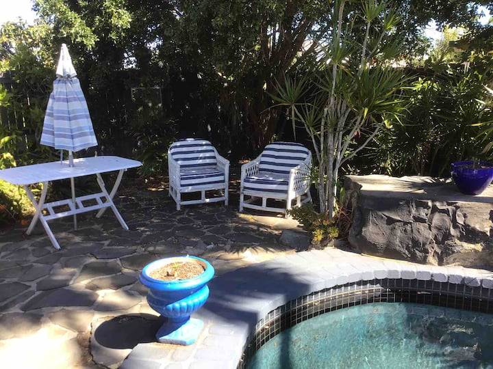 Quirky Pool Cottage  400 metres from beach!