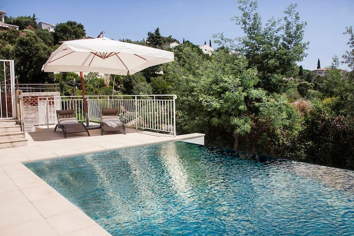 Petite villa familiale rénové avec piscine