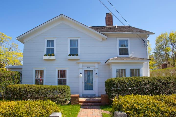 Bright & Happy Sag Village Home - Sag Harbor - Casa