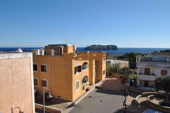 Ventotene a due passi dal mare-Int.Casa-max7pax
