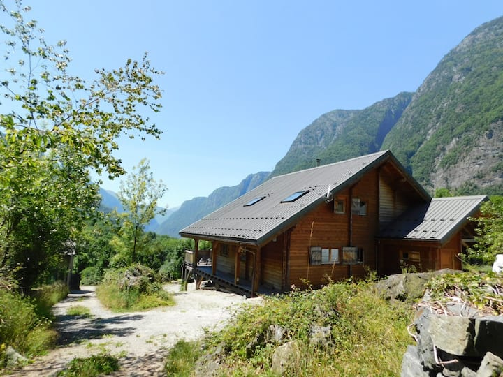 Large chalet, in nature, typical hamlet of Oisans