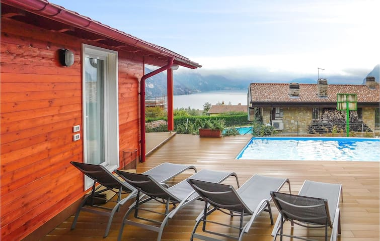 Holiday cottage with 2 bedrooms on 65m² in Riva di Solto