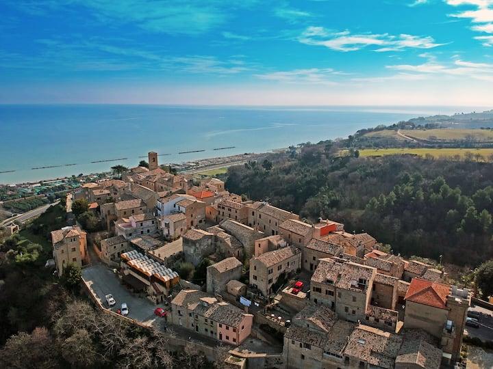 Casa in borgo medioevale con vista mare.