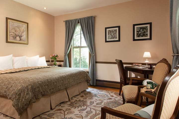 Afton Mountain Bed & Breakfast - The Goodwin Room
