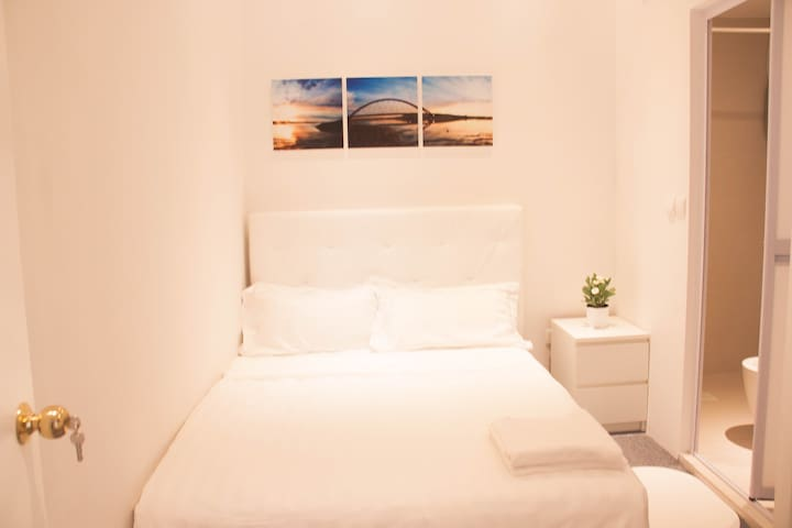 Cosy private Bedroom @ Orchard/Somerset Area..