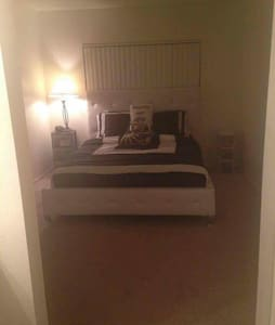 Quiet, Clean, Private Bedroom+Bathroom in  Noho - Los Ángeles