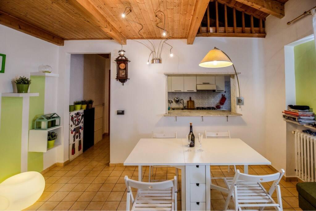La cucina si affaccia direttamente sul living attraverso un accesso con piano all'americana