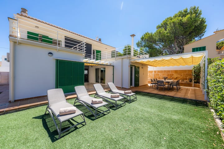 Holiday Home Can Roig Loft with Mountain View, Wi-Fi, Balcony, Terrace & Garden; Street Parking Available
