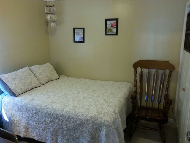 Quiet and comfortable home w/ clean room - Hutchinson - Hus