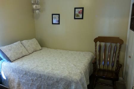 Quiet and comfortable home w/ clean room - Hutchinson - House