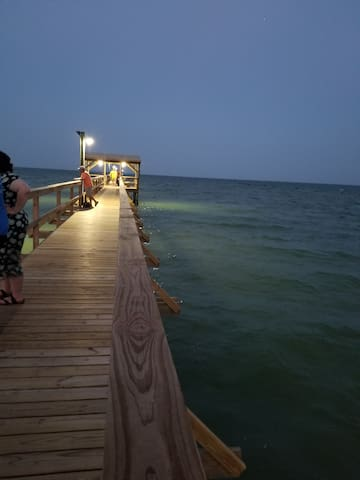 Private 1000' Fishing  Pier - lighted