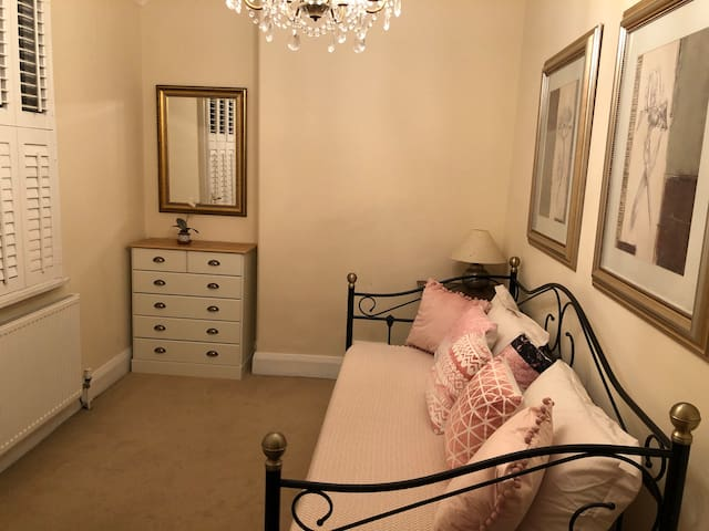 second bedroom with day bed