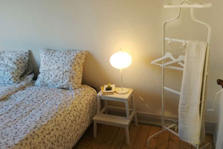 Central, comfortable room in spacious apartment - Aalborg - Departamento