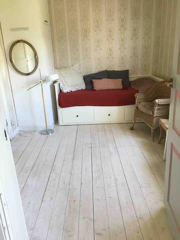 """Bäddbar soffa för två 80-sängar, bakom köket. Används oftast till """"större barn""""."""