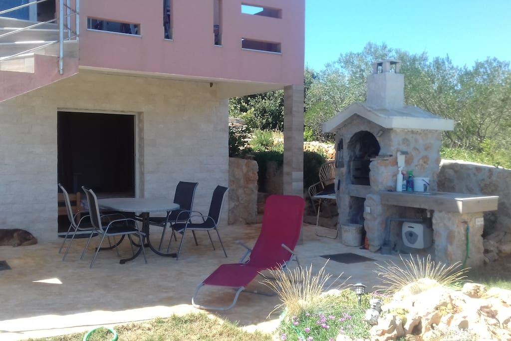 Apartement mit großer Terasse und Griller mit Outdoor-Küche