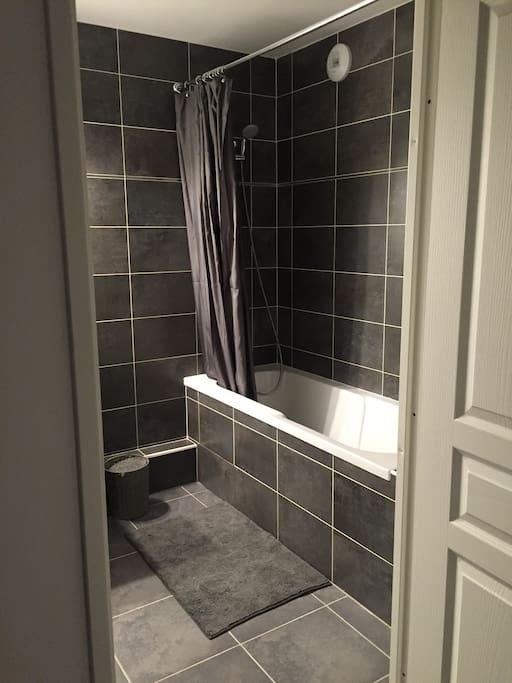 Agréable salle de bain avec baignoire