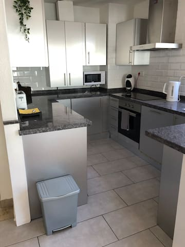 Superb, newly refurbished 2 beds 2 baths apt