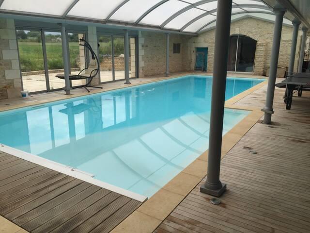 grande chambre avec piscine chauffée