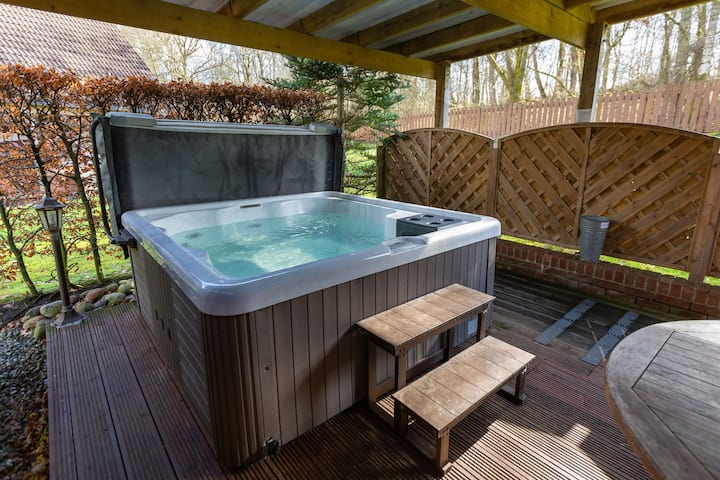 Ptarmigan Luxury Lodge apartment with large private hot tub (up to £100 couples discount - SPECIAL couples prices - If there are only 2 guests in your party - Please contact us for a reduced  price)