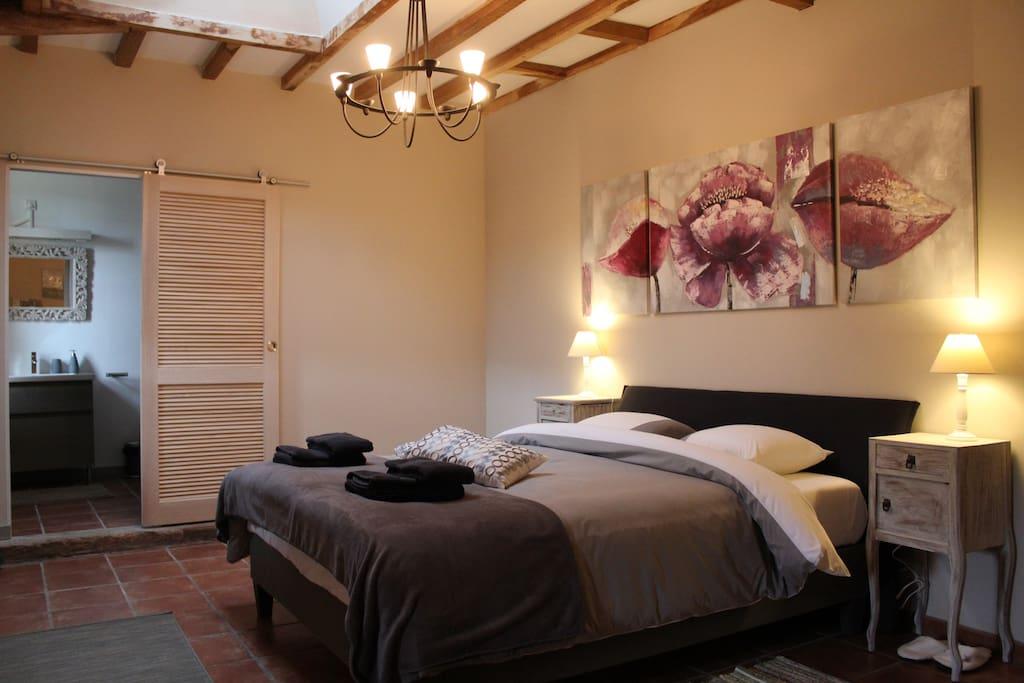 lit queen size 160x200cm avec matelas mémoire de forme