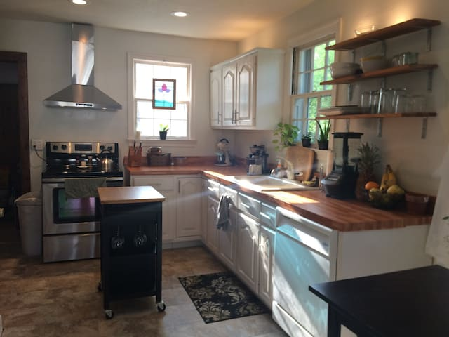 Airy, spacious, good vibes home near BNA! - Nashville - Haus