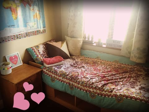 Single room in a family home, close to Airport
