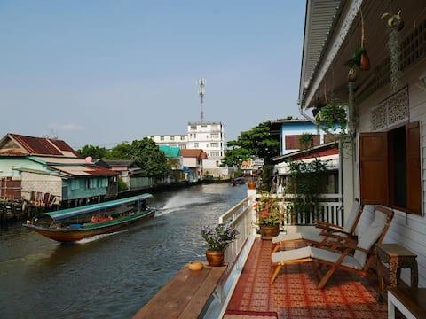 Canal House Bangkok - Whole house on Mon canal.