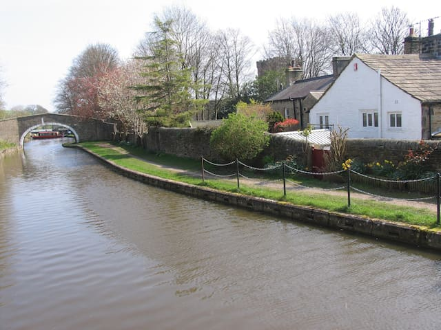 Lutinbell Cottage with private access to the canal