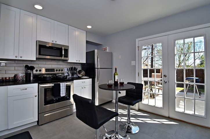 ✪ King Beds ✔ 2 Bdr Townhouse w/ Private Backyard