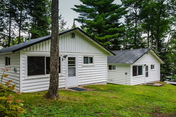 Newly Renovated Lakeside Cabin, Hot Tub, Fishing Pier, Boats to use, Snowmobile right off property