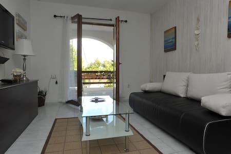 Apartments Biba / One Bedroom Ružmarin - Splitska - Appartement