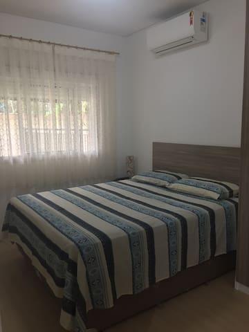 Apto tem (1) um quarto e uma sala. No quarto a disposição das camas pode ser uma cama de casal e mais uma de solteiro sobressalente OU três camas de solteiros.