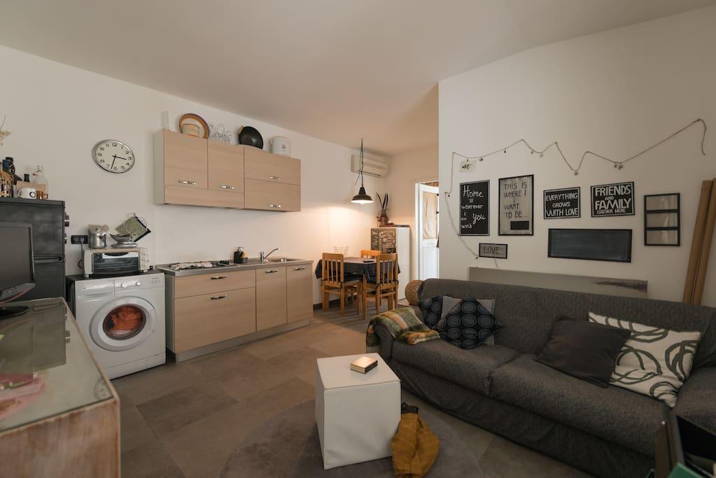 cucina ben dotata,frigorifero e lavatrice